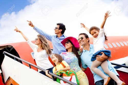 12824620-feliz-grupo-de-personas-que-viajan-en-avi-n-en-sus-vacaciones-foto-de-archivo