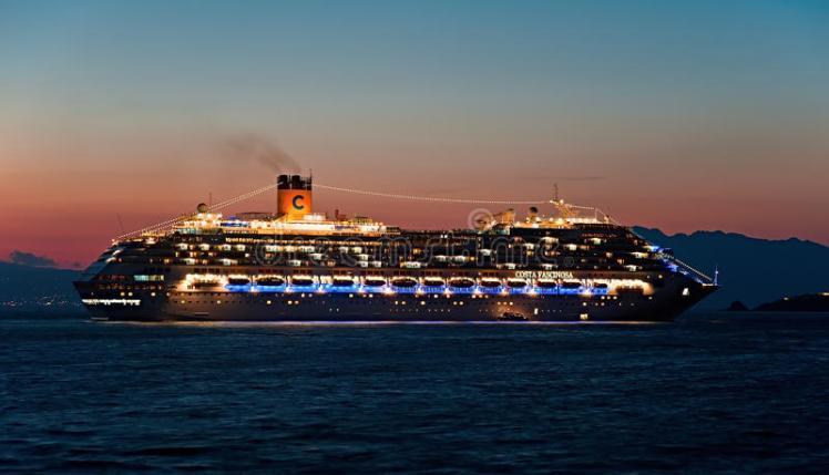 el-barco-de-cruceros-de-costa-fascinosa-llega-la-noche-mykonos-grecia-45154238